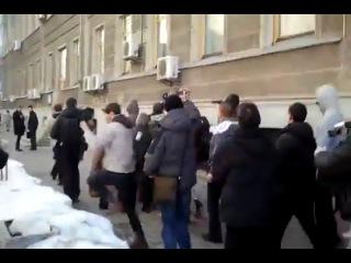 Депутатов в Украине закидывают снегом